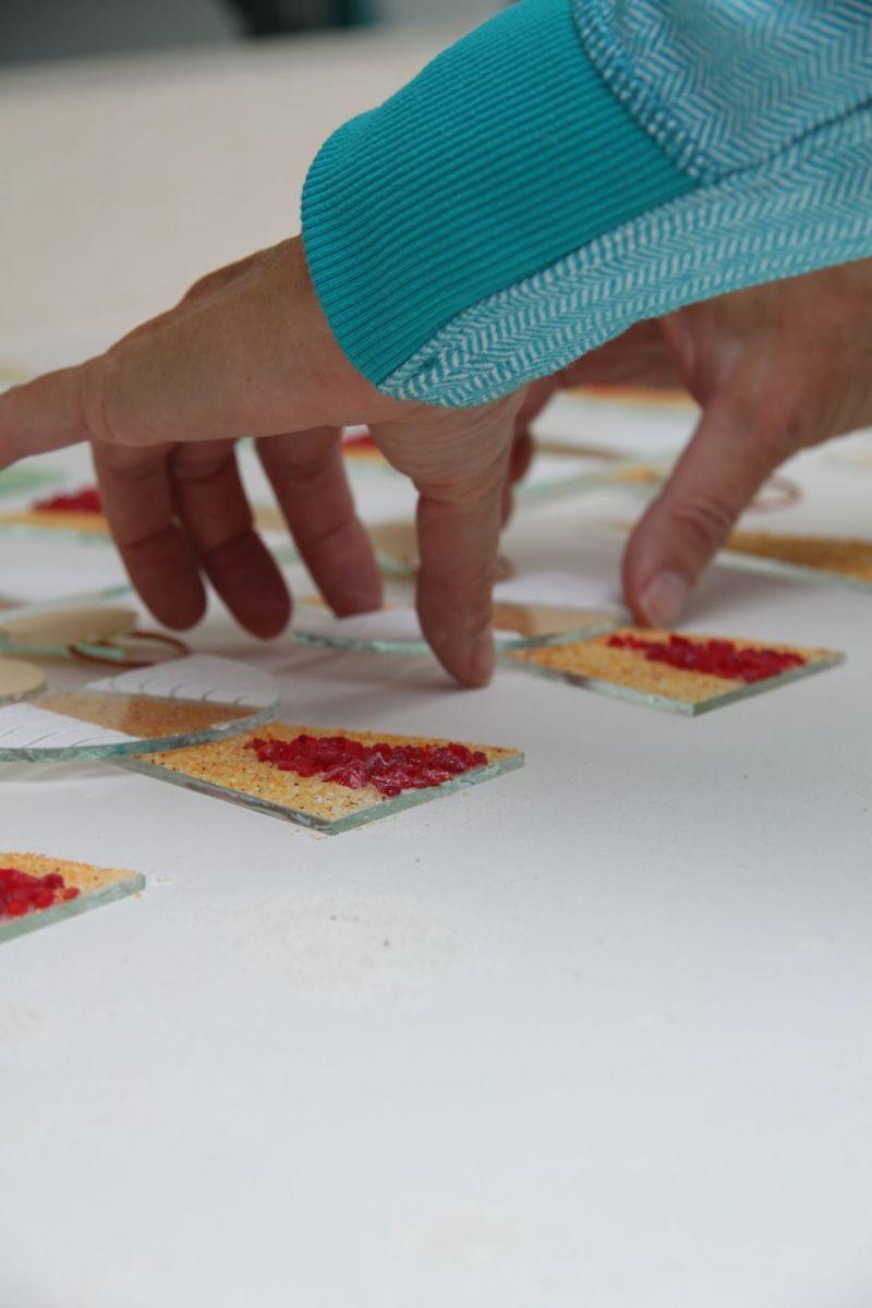 Inhaberin Iris Fritz-von Wachter bei der Herstellung von Glasengeln
